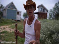 """Brad """"Darby"""" Kittel llegó a Texas en un autobús escolar convertido en su hogar."""