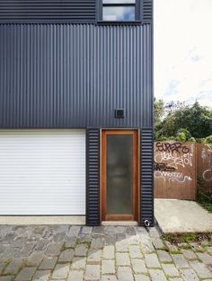 Garage House by Foomann Architects can be used for car parking or living House Cladding, Metal Cladding, Metal Facade, Metal Siding, Metal Buildings, Exterior House Siding, Exterior Cladding, Building Exterior, Pole House