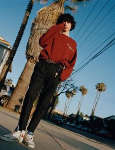 the it boy: finn wolfhard - i-D He stole our hearts as plucky Mike Wheeler in the binge-worthy Stranger Things; now he's set to steal the spotlight in the big-screen version of Stephen King's terrifying clown thriller, IT. Millie Bobby Brown, Pretty Boys, Cute Boys, Matteo Montanari, Look Retro, Vetement Fashion, Stranger Things Netflix, Stranger Things Kids, Stranger Things Aesthetic