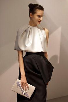 Tilda Lindstam at Christian Dior by Raf Simons Autumn/Winter Belgian fashion. Haute Couture Style, Couture Mode, Couture Fashion, Dior Fashion, Fashion Show, Fashion Dresses, Club Fashion, 1950s Fashion, Fashion Black