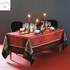 Nappe style scandinave Garnier-Thiebaut - Modèle : Santa Klaus- Nappe en coton anti-tâche - Coloris : cerise