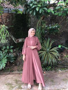 Hijab Dress Party, Hijab Wedding Dresses, Green Bridesmaid Dresses, Event Dresses, Kebaya Modern Dress, Hijab Fashion, Fashion Dresses, Moslem Fashion, Dress Brokat