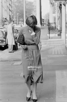 Lady Diana Spencer covers her face as she walk on a street in London, UK, November she is wearing cardigan and midi skirts buttoned on front. Get premium, high resolution news photos at Getty Images Real Princess, Princess Of Wales, Royal Family Portrait, Princess Diana Pictures, Princes Diana, Army Love, Lady Diana Spencer, Couples In Love, Her Smile