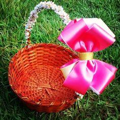 Cestinha de flores da cerimônia pronta😍😍😍💕💕 Amanhã foto da Theresa linda com essa cestinha no casamento 🗼🎀📷. Bom dia a aa! Mega ansiosa #maeempreendedora #lacosdealencon #mulherempreendedora #artesanatocomamor #artesanato #Castanhal #Pará