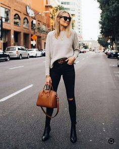 Blonde Woman Wearing Everlane Taupe Cashmere Sweater Black Ripped Skinny Jeans B Estilo Casual Chic, Style Casual, Casual Outfits, Casual Bags, Cool Outfits, Simple Outfits, Fashion Mode, Look Fashion, Fashion Outfits
