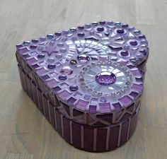 Corazón de mosaico de cristal púrpura en forma de por mimosaico