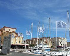 Les drapeaux de Gruissan flottent sur le port Photo de CinéFil