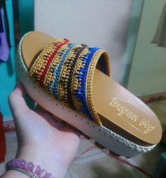 Crochet Slipper Boots, Crochet Shoes, Crochet Slippers, Crochet Fashion, Alaska, Flip Flops, Crochet Patterns, Dress Shoes, Footwear