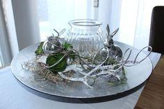TD93 – Exclusive Tischdeko! Silberfarbene Schale, dekoriert mit natürlichen Materialien, künstlichen Sukkulenten, einer Edelstahlkugel und einem großem Glaswindlicht!Preis 54,90€ – Durchmesser 45cm, Hase 10,90€
