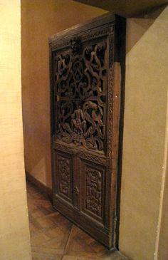 Chateau-Ecouen- Porte en chêne séparant l'antichambre de la chambre de Madeleine de Savoie, une porte (E.Cl.20391) en chêne offre un important décor de cuirs enroulés et un écusson d'armoiries non identifiées. Son exécution est française et date du début du 16°s.
