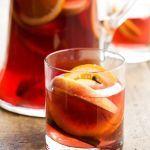 Per il tuo aperitivo porta in tavola una brocca di sangria: allegri sapori spagnoli e un pieno speziato di frutta. Prova la ricetta di Sale&Pepe.