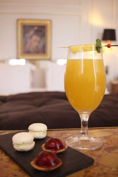 【 Les #cocktails du Mardi Soir 】  🍹 « Dulces Sueños » notre #longdrink de la semaine en suite 706, à base de #jus d' #ananas et #mangue, #rhum #blanc et rhum #ambré. __________________________________  🍹 « Dulces Sueños » our #longdrink in suite 706, made of #pineapple and #mango #juices, #gold and #white #rums.  #lescocktailsdumardisoir #hotellancaster #drinks #cocktail #mixology