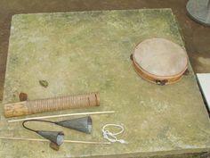 Instrumentos de percussão... Para dar ritmo ao jogo da capoeira