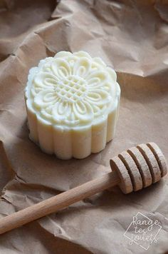 Solid shampoo with honey - DIY- Shampooing solide au miel – DIY Solid Honey Shampoo – DIY Shampoo Diy, Honey Shampoo, Solid Shampoo, Homemade Shampoo, Homemade Facials, Beauty Tips For Face, Diy Beauty, Beauty Care, Soap Recipes