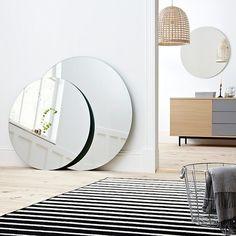 Un miroir rond XL au sol