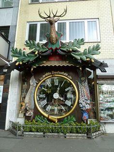 Mundo & rsquo; s maior Relógio de Cuco, Wiesbaden Alemanha//Wiesbaden est la capitale et la seconde plus grande ville de la Hesse, après Francfort-sur-le-Main. C'est une des plus anciennes villes thermales d'Europe. Elle possède 26 sources d'eau chaude et une source d'eau froide. Wikipédia