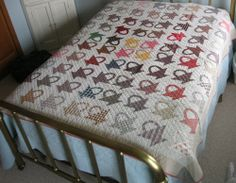 The pattern is a pieced basket pattern, and the fabrics used are from the late of the century, to include calico. Old Quilts, Antique Quilts, Scrappy Quilts, Vintage Quilts, Primitive Quilts, Civil War Quilts, American Quilt, Bonnie Hunter, Basket Quilt