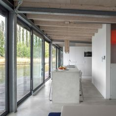 béton ciré pour revêtement de sol et îlot de cuisine