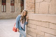 Today an outfit composed by basic pieces in our wardrobe with a pop of color gived by the bag and the red heels.