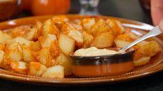 Skøn opskrift på klassiske patatas bravas - spanske tapas kartofler med tomatsauce og aioli. Prøv her Brødrene Prices opskrift til dit næste tapasbord.