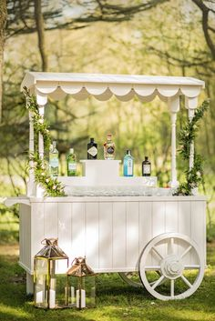 Our stunning handmade bar cart is perfect for any wedding. Gin, prosecco, cocktails, you name it! Cocktails Bar, Bar Drinks, Food Cart Design, Prosecco Bar, Sweet Carts, Drink Cart, Pop Up Bar, Gin Bar, Gold Bar Cart