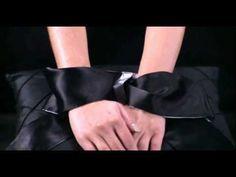 Una atadura suntuosamente suave y maravillosamente fuerte, utiliza este lazo Bondage de lujo de la colección Cincuenta Sombras de Grey (Fifty Shades of Grey) para atar las muñecas o los tobillos de tu compañero.
