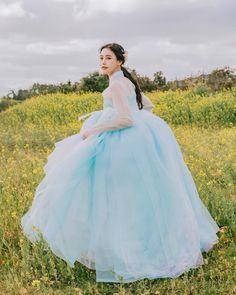 "@sunyeong_park on Instagram: ""유채인 줄 알았으나 배추"" Traditional Dresses Designs, Korean Traditional Dress, Traditional Outfits, Hanbok Wedding, Korean Princess, Korea Dress, Modern Hanbok, Puffy Dresses, Cocktail Outfit"