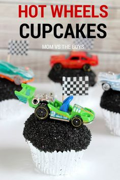 Hot Wheels Birthday Party + Cupcakes Everything you need to throw a fabulous Hot Wheels birthday party including some Hot Wheels cupcakes that will be the hit of the party! Hot Wheels Party, Festa Hot Wheels, Hot Wheels Birthday, Race Car Birthday, Race Car Party, Cars Birthday Parties, Birthday Ideas, Hot Wheels Cake, 5th Birthday