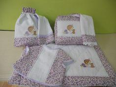 Conjunto infantil realizado en piqué de algodón y combinado con liberty en tonos malva.Consta de alfombra de baño,neceser,toallas,bolsa de merienda y babero