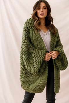 Vermont – Übergroße Strickjacke mit Strumpfband in Olivgrün – Thick Sweater… Vermont Oversized Cardigan with Garter in Olive Green – Thick Sweaters 11 simple instructions Thick Sweaters, Cable Knit Sweaters, Boho Sweaters, Vermont, Sweater Outfits, Sweater Cardigan, Cardigan En Maille, I Cord, Upcycled Clothing