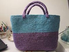 AMETISTA: borsa delle Trikine in plastica riciclata lavorata all'uncinetto.