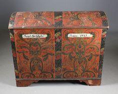 Rosemalt kiste med rød bunnfarge, Agder 1855. Senere eiernavn og dat. 1875, L: 103 cm. H: 84 cm. Skade på en sidelist. Prisantydning: ( 10000 - )