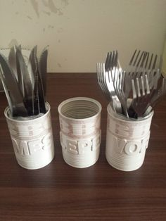 kado gedaan.... voor BBQ man Rob....mes en vork van de Action....lege knakworstblikjes met servet....