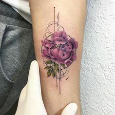 tatouage-abstrait-pivoine-pourpre-tatouée-sur-le-bras-avec-symboles-graphiques