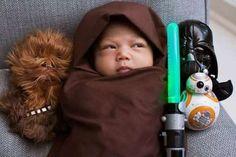 LOS ANGELES Max, la figlioletta del fondatore di Facebook Mark Zuckerberg, è stata vestita dai genitori in versione Jedi di Star Wars.