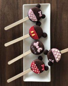楽して可愛い♡バレンタインレシピ♪ 子供たち大好き!なオレオにダイソーやセリアなどの100均木製スプーンや竹串を刺して、デコレーションするだけで、、、 とっても可愛いオレオポップの完成♪ 色々なデコレーションを施せば、キュートにもおしゃれにも♪ オレオ好きにはたまりません♪ とても美味しく、一度にたくさんできるので、友チョコ作りにもピッタリ♡ 前回、ご紹介させていただいた、チョコパイポップのオレオ版です♪ 海外では、パーティー料理として子供たちに大人気だそうですよ(#^^#) 簡単可愛い、おしゃれな手作りバレンタインレシピをお探しの方は、是非、試してみてくださいね♡ 【OREOPOP】の作り方♡オレオを使って簡単に友チョコ大量生産♪ 材料 オレオ(オレオでなくとも、クリームがサンドされているクッキーであれば何でもOK♪) 100均の木製スティックor竹串 コーティング用に使う溶かしたチョコレート デコレーション用のチョコペンや飾り オーブンシート ★ オレオがちょうど品切れでしたので、それっぽいものを使用しましたが、美味しくできました♪ 作り方 とっても簡単♪…