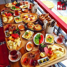 Passenger Kahvaltı & Sıcak Kahvaltı Tabağı & Cocotte - Passenger Cafe & Bistro / İstanbul ( Moda Cad. Halis Efendi Sok. No:5 Kadıköy ) Çalışma Saatleri 10:00-00:00 ☎ 0 216 336 17 57 Kahvaltı Tabağı 25 TL / Kişi Başı Cocotte 12,50 TL Alkollü Mekan Paket Servis Yok Daha fazlası için Snapchat : yemekneredeynr takip edebilirsiniz... ▫ Portakal reçeli ve süt reçeli ev yapımıdır. 2 çay ücretsizdir. Fotoğraftaki görsel 4 kişiliktir.