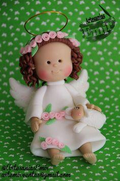 Angelita Emoticono heart #angel #bautizo #masaflexible #porcelanafria #coldporcelain #fimo #arcillapolimerica #polymerclay #handmade #handcrafted #hechoamano #hechoenvenezuela #madeinvenezuela #torta #topedetorta #caketopper #ArtesaniasEmir