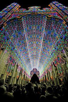 """KOBE   Luminalie  坂井直樹の""""デザインの深読み"""": 「ルミナリエ・デ・Cagna」は、印象的な大聖堂のような構造になっている。"""