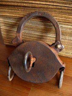 Riesiges antikes Vorhängeschloss aus Metall