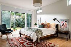 schlafzimmer holz bodenbelag weiße wandfarbe zugang terrasse