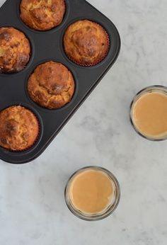 Carrot cake muffins (zonder suiker). Ingrediënten (6 stuks): • 3 eieren • 150 gr amandelmeel • 2 tl bakpoeder • 75 gr worteljulienne • Handje rozijnen • 60 ml kokosolie • 2 – 3 el agavesiroop • 1 tl koekkruiden • Snuf zout