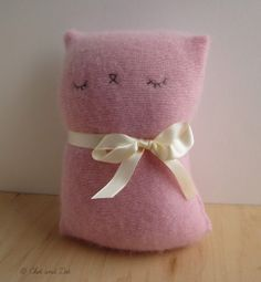 Kitty of Pink Cashmere Sleepy Kitty ignores you now. From chetanddot on Etsy.Sleepy Kitty ignores you now. From chetanddot on Etsy. Sock Crafts, Cat Crafts, Sewing Crafts, Fabric Animals, Alice, Little Kitty, Sewing Projects For Kids, Sleepy Cat, Softies