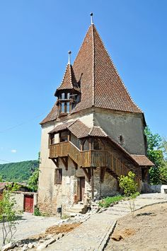 Sighisoara citadel, Shoemakers Tower by Transylvania, Romania… Medieval Tower, Medieval Houses, Medieval Castle, Beautiful Castles, Beautiful Places, Europe Centrale, Small Castles, Tower House, Baroque Architecture