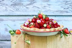 A simple Fresh Strawberry Pie recipe using only three ingredients. Food Blogs, Easy Pie Recipes, Cooking Recipes, Sweet Recipes, Easy Desserts, Dessert Recipes, Easy Sweets, Homemade Sweets, Light Desserts