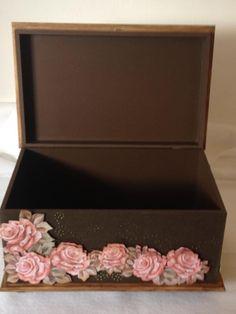 Caixa em scrap decor, ideal para guardar, desde esmalte à lingeries.   Obs. Antes de realizar a compra, verifique a disponibilidade da estampa da caixa, pois o papel pode sair de linha.  Cód. 0308 (C.M.)