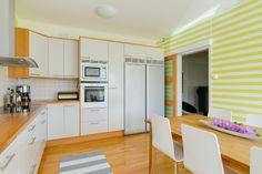 Ett kök vi blir glada av! Våga mer färg säger vi och ger tummen upp till ägarna på Söndrumsvägen 44.
