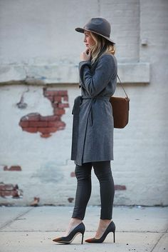 Consider teaming a charcoal coat with black skinny jeans to assemble a stylish look. If not sure as to what to wear when it comes to shoes, stick to charcoal suede pumps. Wool Hat Outfit, Fedora Outfit, Fall Winter Outfits, Autumn Winter Fashion, Fall Fashion, Grey Overcoat, Brooklyn Blonde, Brown Leather Crossbody Bag, Crossbody Bags