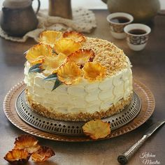 Hummingbird cakea rich flavored cake with pineapple and banana filling. decorated with dried pineapple flowers. Language : In Arabic Baked Pineapple, Pineapple Cake, Pineapple Flowers, Hummingbird Cake Recipes, Pina Colada Cake, Delicious Desserts, Dessert Recipes, Pie Decoration, Cake Fillings
