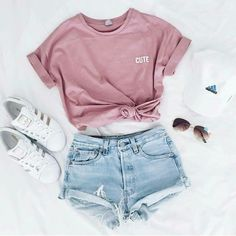 Sportliches Sommer Outfit in Pastellfarben - Jeans Shorts & T-shirt